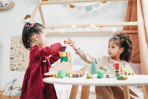dvě holčičky si hrají