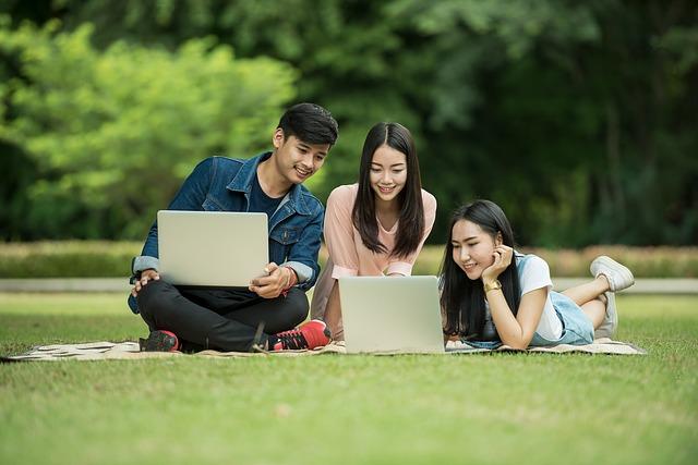 studenti na trávníku.jpg
