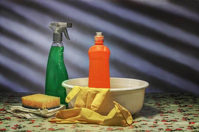 čistící prostředek a rukavice