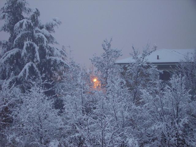 rozsvícená sodíková výbojka v zimě