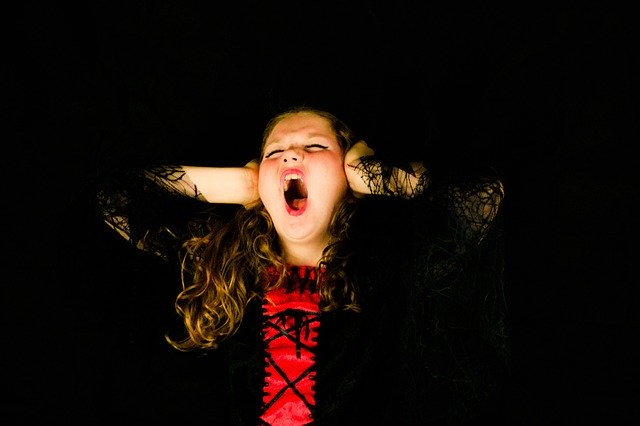 křičící dívka
