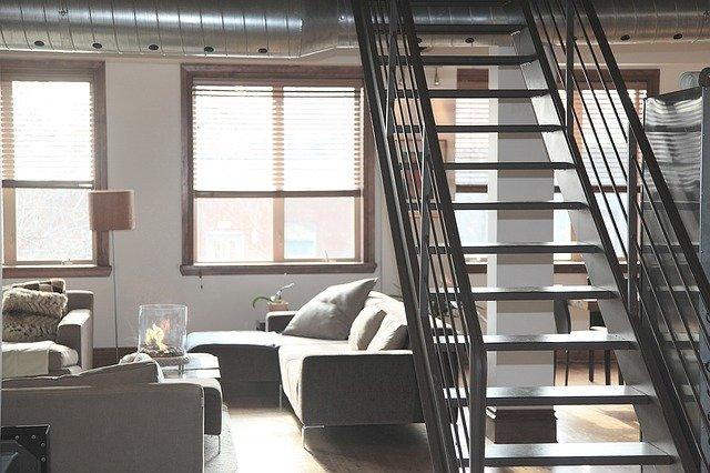 Pokoj se schodištěm