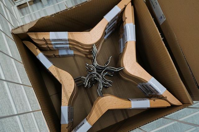 dřevěná ramínka v krabici